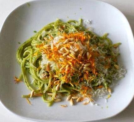 Oggi cucina Angelo: Spaghetti al pesto con fiori di calendula