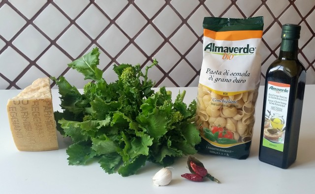 Pasta con cime di rapa aglio olio e peperoncino
