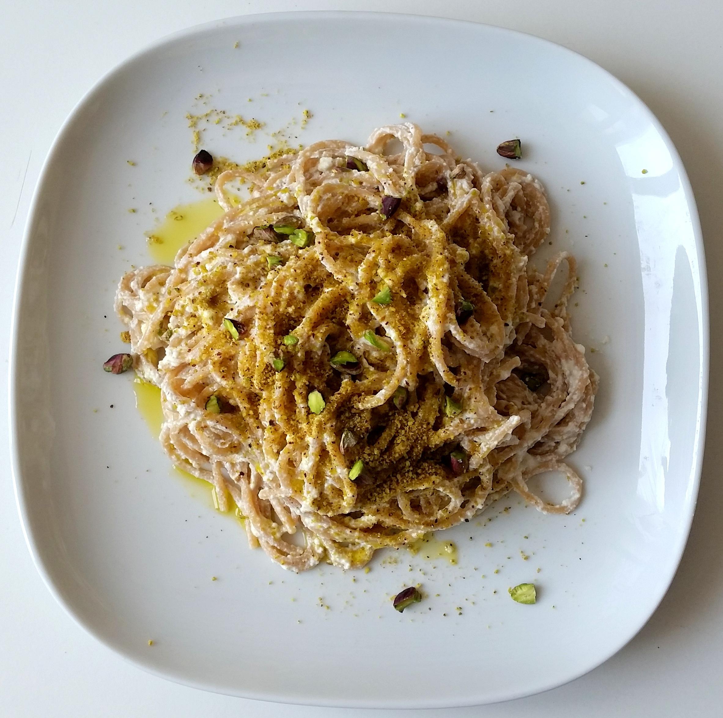 Spaghetti integrali con ricotta e pistacchi