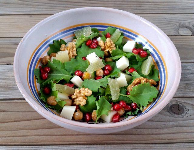 insalata-natalizia-con-kale-ceci-melagrana-noci-pecorino-e-limone-1
