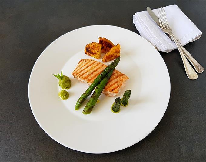 Salmone con purè di piselli al timo, asparagi grigliati e rostini di patate con i prodotti surgelati bofrost*