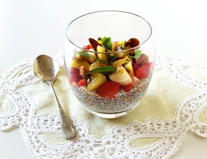 Chia pudding con fragole, banana, kiwi e mandorle