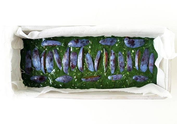 Plumcake vegano con alga spirulina, susine e banane