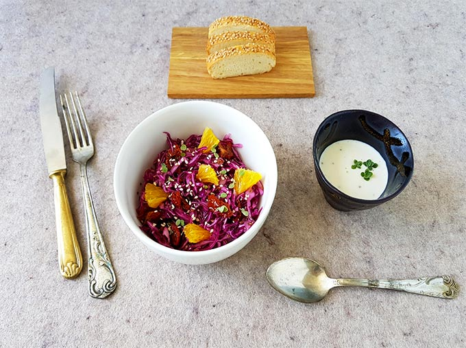 Bowl con cavolo cappuccio, semi di sesamo, arancia e pomodori secchi